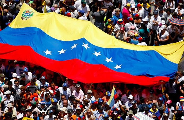Em meio à troca de moeda na Venezuela, Maduro anuncia salários no país terão piso mínimo de 0.5 Petro