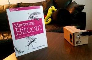 """Edição chinesa do livro """"Mastering Bitcoin"""" aparece na TV estatal com título alterado"""