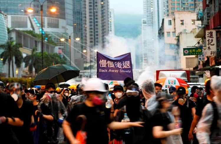 Lojas em Hong Kong começam a aceitar criptoativos à medida em que tensões políticas aumentam