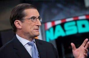 Ex-CEO da Nasdaq revela sua indignação com a demora dos reguladores norte-americanos
