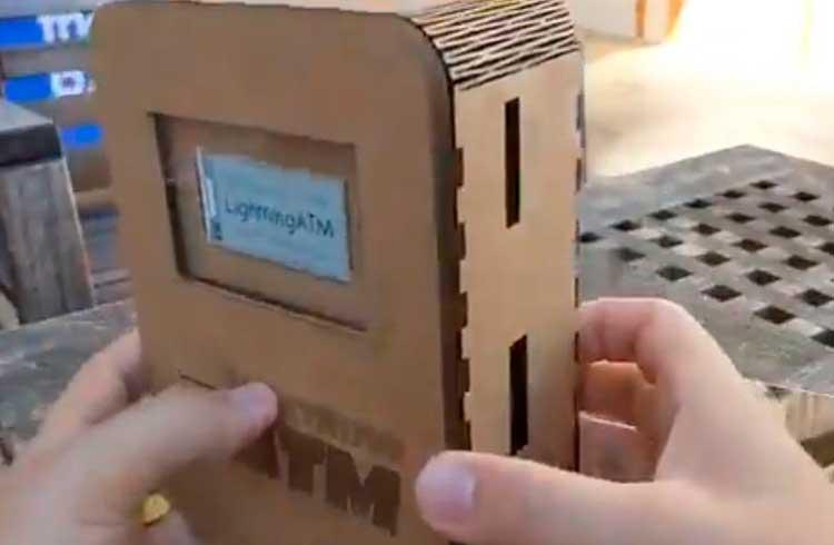 Homem cria caixa eletrônico de Bitcoin em miniatura