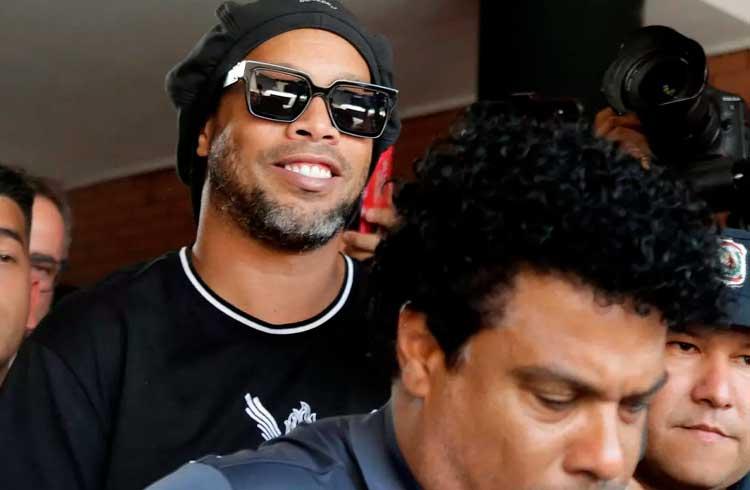 Ainda suspeito de aplicar golpes com Bitcoin, Ronaldinho é liberado da prisão no Paraguai
