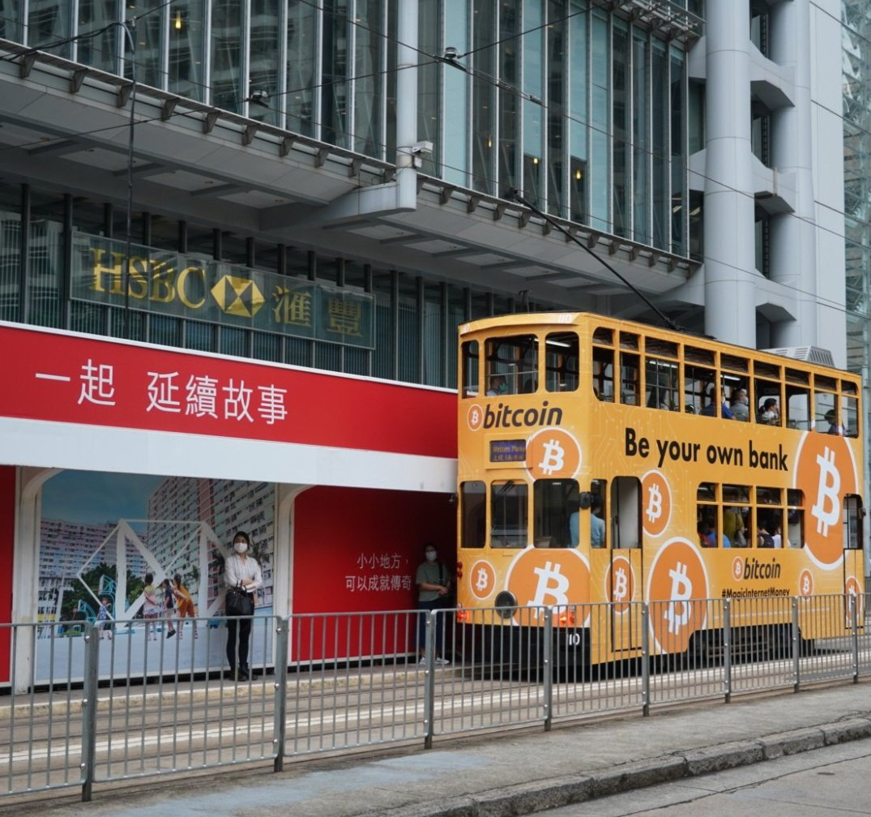 Ônibus com campanha do BTC em frente ao HSBC