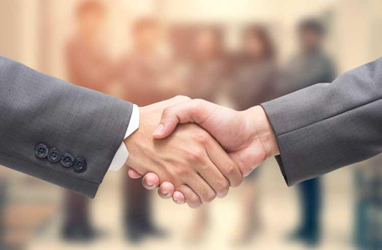 Criptomoeda anuncia parceria com a Amazon e Oracle e apresenta a maior valorização do dia