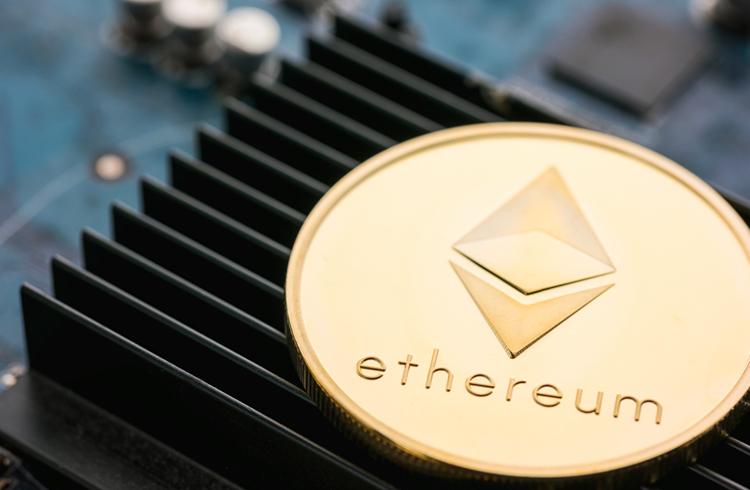 Ethereum tem taxas maiores que o Bitcoin pelo segundo mês seguido