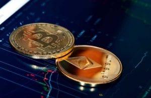 Bitcoin e Ethereum resistem enquanto dólar declina com eleições dos EUA