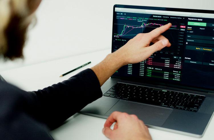 Trader indica criptomoedas de alto e baixo risco para investir