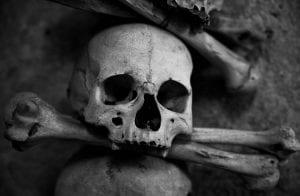 Casal desenterra corpo de líder de pirâmide para ter certeza da morte