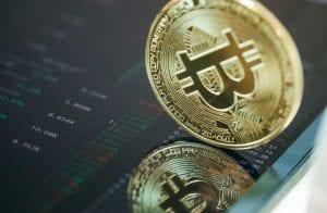 Analista aponta 2 criptomoedas para comprar durante correção do Bitcoin