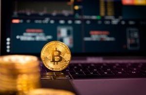 Bitcoin corrige 6% e algumas criptomoedas seguem; XRP avança 7,8%