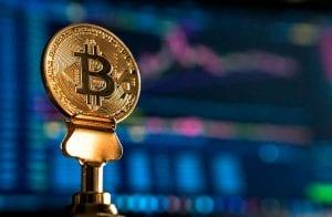 Bitcoin segue acima de R$ 300.000 enquanto token DeFi salta 28%