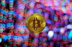 Bitcoin segue forte em R$ 326.000 enquanto criptomoedas lutam