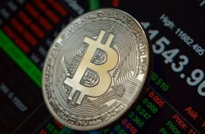 Bitcoin tenta voltar aos R$ 300.000; NEM já acumula alta de 46,5%
