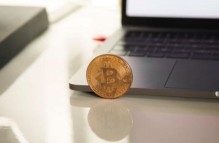 """""""Especialista"""" de 3 anos palestra sobre Bitcoin em evento"""