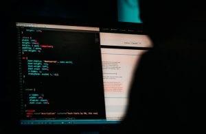 Hacker que aplicou golpes com Bitcoin no Twitter ficará 3 anos preso