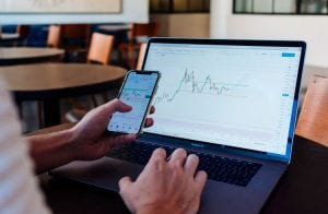 Trader indica 3 criptomoedas que estão em bom momento de compra