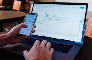 Analista prevê próximos preços de Dogecoin, Cardano e Uniswap