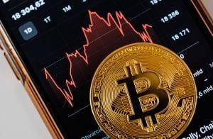 Bitcoin passa de US$ 63 mil, mas 150 mil investidores são liquidados